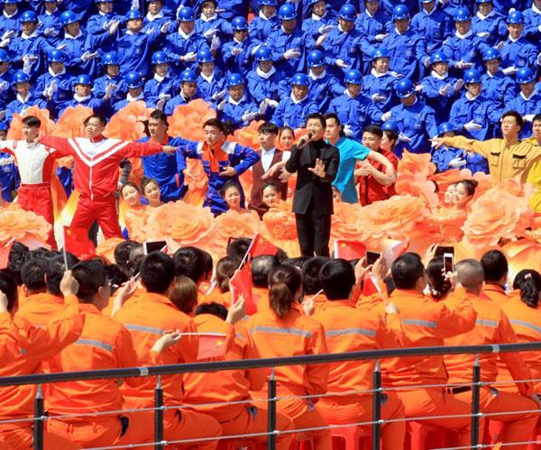 """歌颂劳动美 共筑中国梦中央广播电视总台""""心连心""""艺术"""